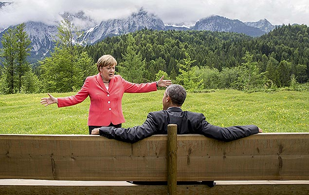German Chancellor Angela Merkel speaks with U.S. President Barack Obama outside the Elmau castle in Kruen near Garmisch-Partenkirchen, Germany, June 8, 2015. Leaders of the Group of Seven (G7) industrial nations vowed at a summit in the Bavarian Alps on Sunday to keep sanctions against Russia in place until President Vladimir Putin and Moscow-backed separatists fully implement the terms of a peace deal for Ukraine. REUTERS/Michael Kappeler/Pool TPX IMAGES OF THE DAY ORG XMIT: mkx049